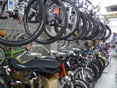 自転車の 大阪 自転車 安い店 : 店の奥のほうではロードやMTBも ...